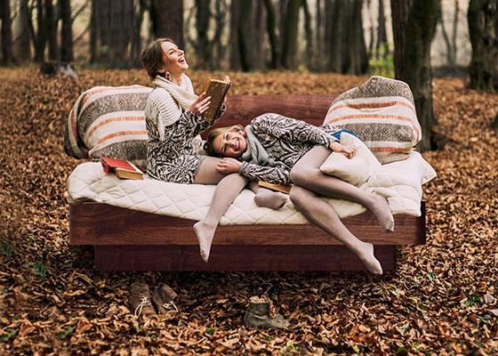 Betten München 2 Mädels im Herbst