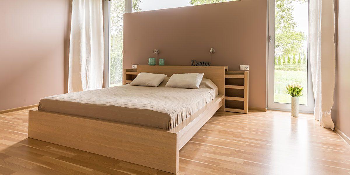 Schlafzimmer mit Doppelbett aus Holz