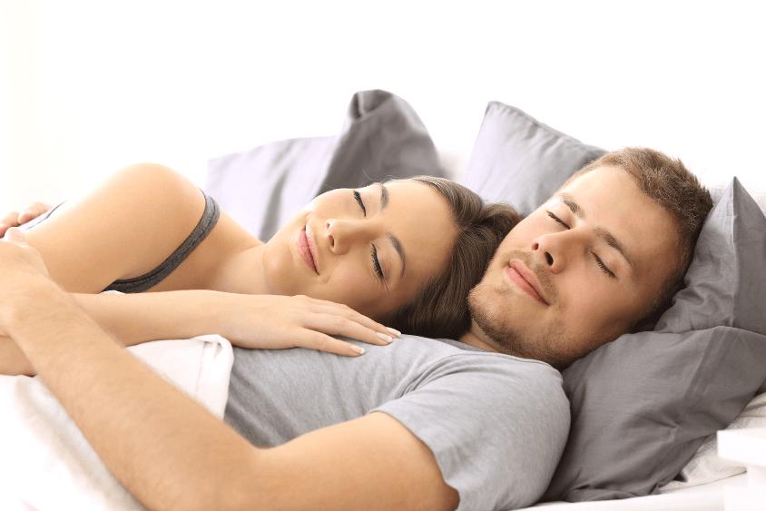 Matratzenkeil Paar im Bett