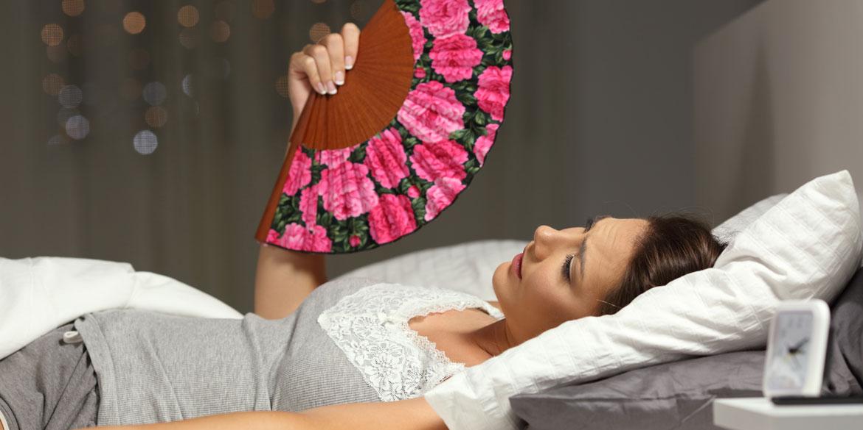 Eine junge Frau leidet an nächtliches schwitzen.