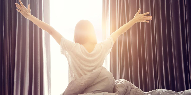 Glückliche Frau am Morgen aufwacht.